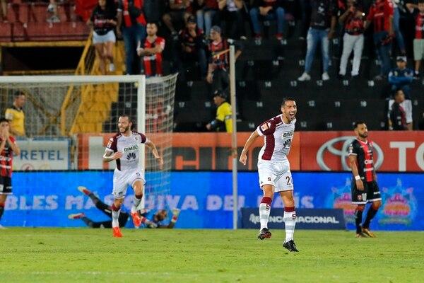 Mariano Torres celebró el tercer gol del Saprissa anotado por Henrique Moura. Foto: Mayela López