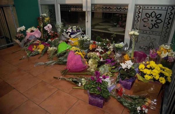 Flores en una mezquita de Wellington en recuerdo de los muertos en los ataques de Nueva Zelanda.