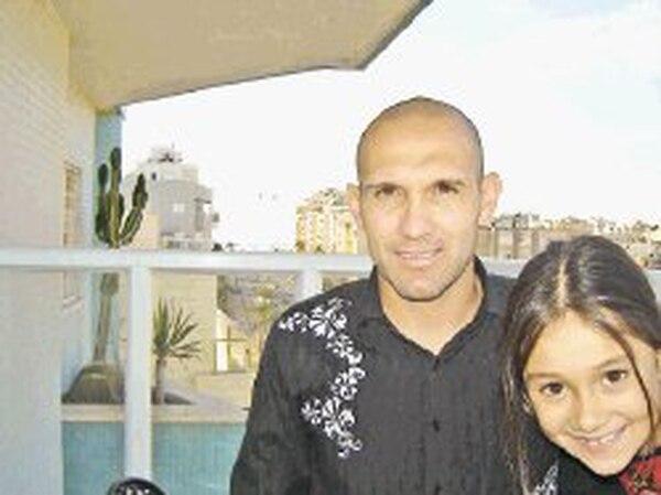 Luis Marín con su hija mayor, María Paula, en el balcón de su apartamento, en la ciudad israelí de Netanya.   ARCHIVO