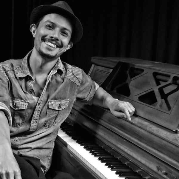 El compositor Fabián Arroyo es especialista en piano, tiene 33 años y ha trabajado en musicales como Chicago, West Side Story. Foto: Daniel Cambronero.