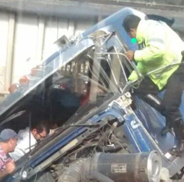 Conductor del vehículo pesado requirió ayuda para salir, tras accidente.