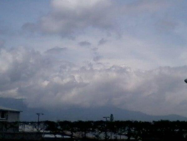 Las formaciones nubosas de esta mañana en el Valle Central aunadas al paso de la onda, hacen prever fuertes lluvias para esta tarde, dice el IMN. Foto: Hugo Solano.
