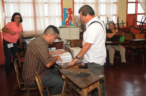Un votante ejerce su derecho al sufragio en la Escuela Joaquín García Monge de Desamparados