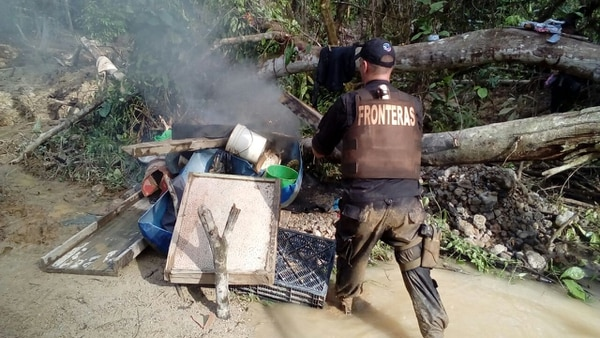 Las autoridades quemaron los utensilios la tarde de este viernes como parte de las acciones para tratar de evitar el ingreso de los coligalleros.