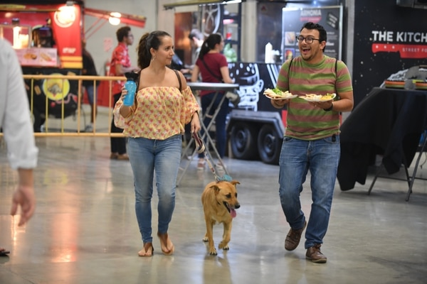 Milena Araya junto a Henry Gómez aprovecharon que la actividad era amigable con mascotas y asistieron con su perra Morita. Foto: Nina Cordero