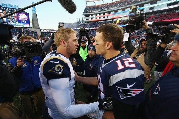 Jared Goff (izquierda) saluda a Tom Brady (derecha) tras el partido que sostuvieron en diciembre de 2016. Fotografía: AFP
