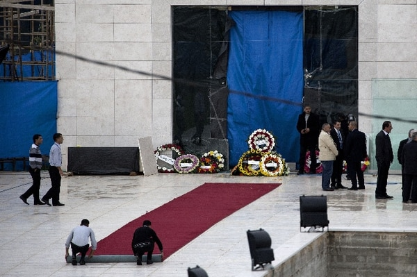 Tras la extracción de algunas muestras la tumba ubicada en el mausoleo de la ciudad de Ramala fue nuevamente cerrada. AFP.