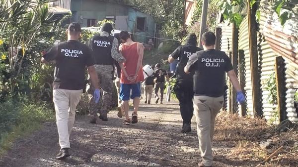 Las capturas se realizaron en la urbanización IMAS, en Ciudad Quesada. Dos de los seis detenidos son menores de edad. Foto: Edgar Chinchilla.