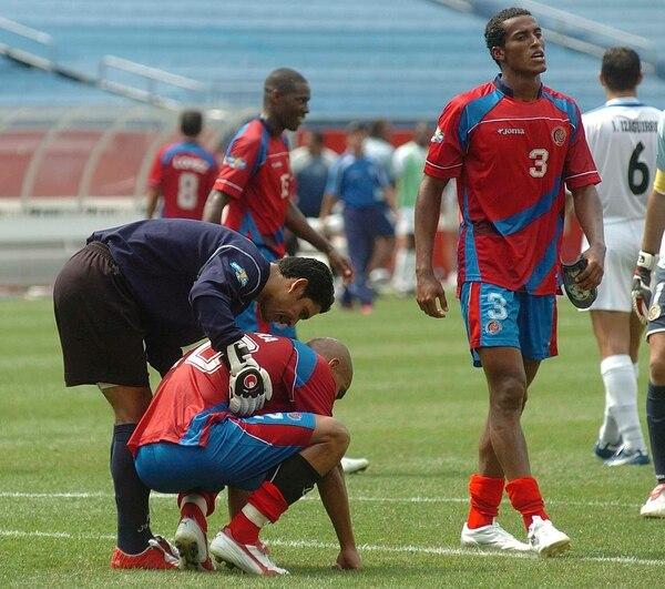 El portero hondureño Víctor Coello consuela a Douglas Sequeira, mientras Roy Miller avanza al vestuario. Costa Rica perdió contra Honduras 3-2 en el 2005, en Massachusetts.