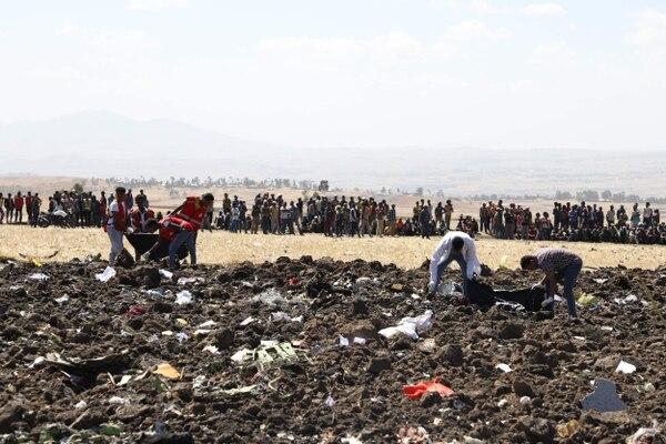 Socorristas recogían restos humanos entre los escombros del avión Boeing 737 de Ethiopian Airlines que se estrelló este domingo 10 de marzo del 2019, poco después de despegar de Adís Abeba hacia Nairobi.