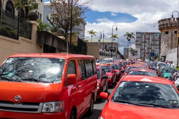 Una manifestación de taxistas en contra de la aplicación Uber cierra todo Paseo Colón en el centro de San José, en 2019, y se dirige a la Asamblea Legislativa. Foto: José Cordero / La Nación.