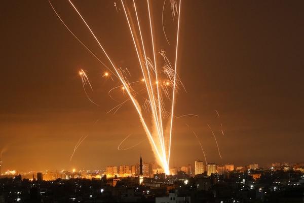 Cohetes palestinos lanzados hacia territorios israelíes, en mayo de 2021. La defensa antiaérea isaelí es de las más efectivas del mundo. Foto: AFP