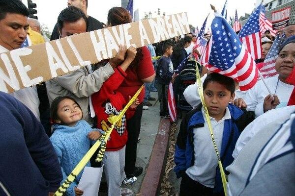 La ley regularizaría a un grupo de inmigrantes ilegales.   ARCHIVO