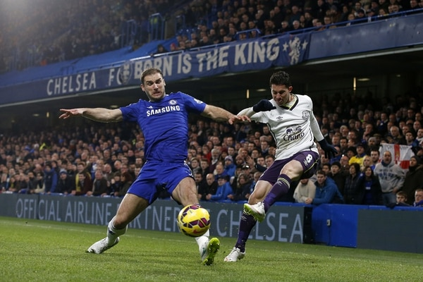Bryan Oviedo intenta centrar ante la marca de Branislav Ivanovic, esto en un juego de los que pudo disputar en la actual temporada. | AFP