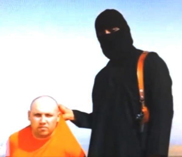Imagen del video distribuido por el Estado Islámico en el que aparece el periodista Steven Sotloff, de 31 años y originario de Miami, bajo el control de un militante del grupo, quien, presuntamente, después lo decapitó. | AP