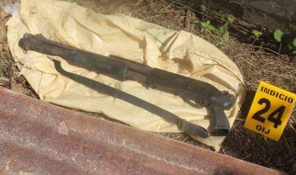 Las seis armas de fuego, entre ellas fusiles, que se le decomisaron a los López y a una mujer, quedaron en manos de las autoridades.