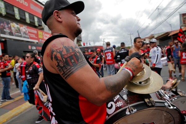 Allan Quirós muestra sus habilidades con el bombo. Fotografía: Mayela López