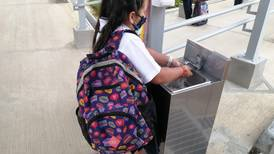 Leonela volvió con emoción a la escuela un año y cuatro meses después