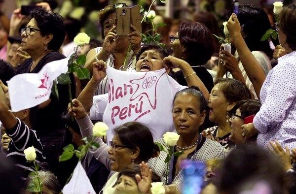 Simpatizantes del expresidente Ala García lo despidieron el jueves 18 de abril del 2019 en el funeral en Lima.