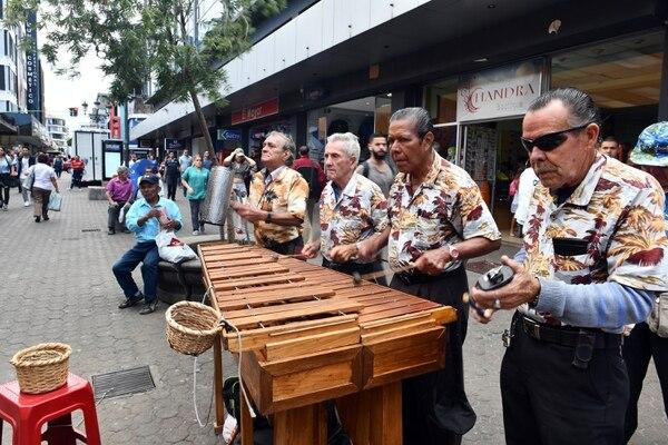 Marimba La Guanacasteca en pleno. De izquierda a derecha aparecen Heriberto Rojas, Victor Manuel Hernández, José Santana y Carlos Zúñiga. Foto de Jorge Castillo