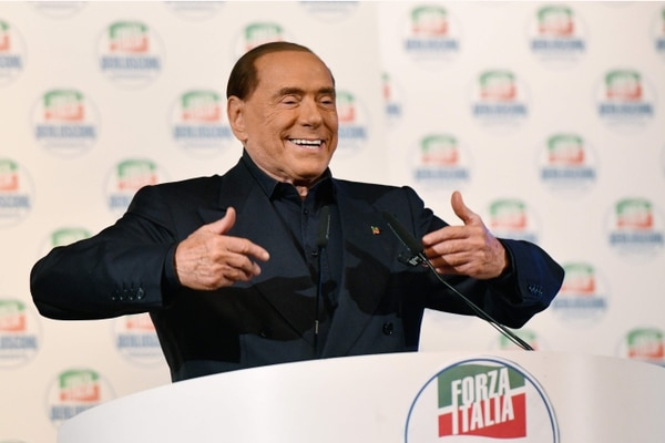 Líder del partido de extrema derecha italiano Forza Italia (Italia), Silvio Berlusconi gesticula mientras pronuncia un discurso en el escenario durante una manifestación de campaña en Milán el 25 de febrero de 2018, antes de las elecciones generales de Italia de la próxima semana.