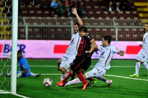 Álvaro Sánchez cierra el centro de Kevin Sancho para anotar el único tanto del juego. Marco Chaves y Daniel Arce no logran evitarlo. | ALEXÁNDER OTÁROLA