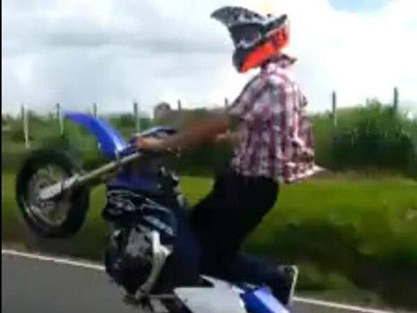 El motociclista realizó varias maniobras como esta en una sola llanta en la General Cañas, incluso con vehículos a la par.   TOMADA DE FACEBOOK