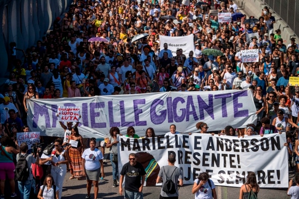 Miles de personas marcharon este domingo en en el complejo de favelas de la Maré, una de las más conflictivas de la ciudad de Río de Janeiro. AFP