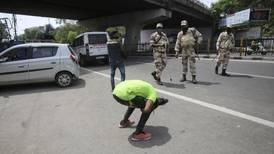 Escribir 500 veces 'lo siento mucho' fue el castigo en India a turistas que violaron cuarentena