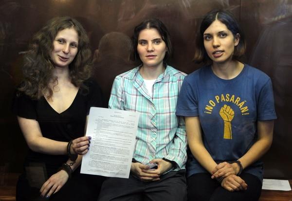 Maria Alekhina, Yekaterina Samutsevich y Nadezhda Tolokonnikova muestran en agosto del 2012 el veredicto que las sentencia a dos años de encarcelamiento por una provocativa protesta en una catedral de Moscú.