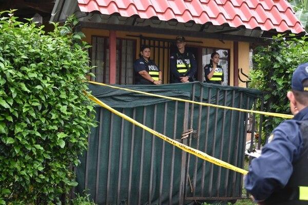 Una adulta mayor de 63 años, su hijo de 21 años y una adolescente de 16 fueron asesinados a balazos, al parecer por varios sospechosos que ingresaron armados a esta vivienda. Foto Jorge Umaña