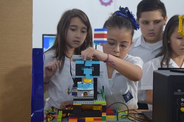 Los alumnos, de tercer grado, diseñaron un proyecto de robótica que explica cómo llega el agua a su centro educativo, cuáles son los problemas de distribución del preciado líquido dentro de la institución y cómo cuidarlo. Foto: Fundación Crusa para LN.