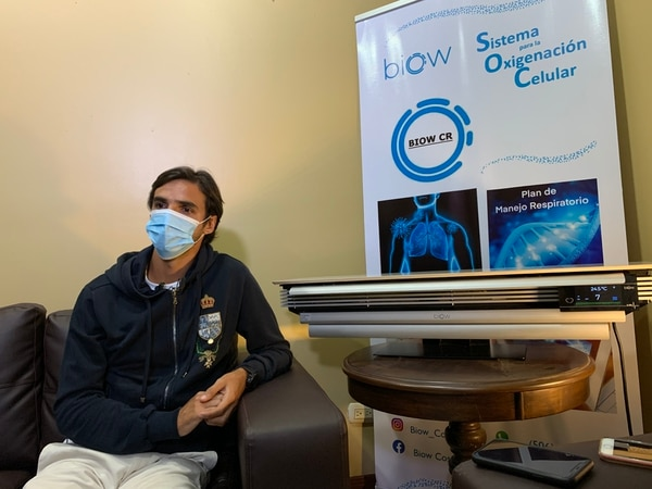 Bryan Ruiz muestra el biow, el aparato que se volvió su arma secreta en la lucha contra la covid-19. Fotografía: Fanny Tayver