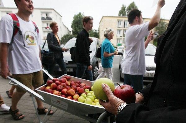 Productores polacos intentaban ayer convencer a sus conciudadanos, en Varsovia, de consumir más manzanas. La actividad coincidió con la prohibición de Rusia de importar productos de varios países, incluido Polonia .   AP