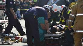 Recolector de basura    aplasta vehículo con tres pasajeros