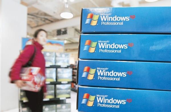 Imagen de una tienda en San Francisco el 22 de marzo del 2006, donde se vendía el Windows XP. La popularidad del sistema fue tal que Microsoft mantuvo por 12 años el soporte técnico. El periodo siempre había sido 10. | AFP.
