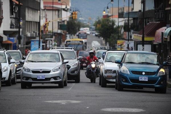 Los motociclistas solo tienen permitido hacer adelantamientos a carros por el lado izquierdo; no obstante, muchos rebasan por la derecha y en medio de varios autos.   JORGE NAVARRO.