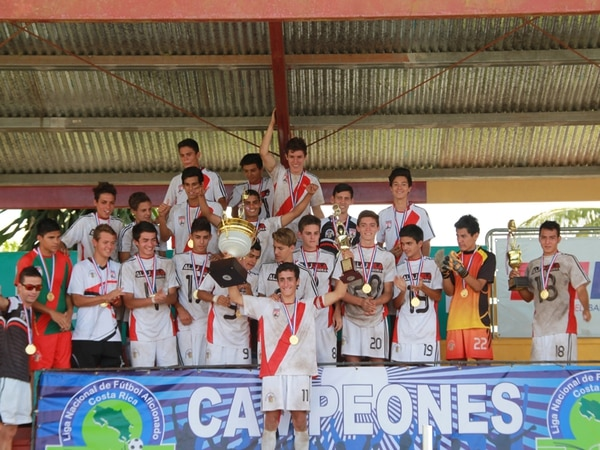 Alajuela se coronó campeón del fútbol masculino de los Juegos Deportivos Nacionales, ayer en el estadio Hamilton Villabos.   FRANCISCO CARBALLO PARA LN