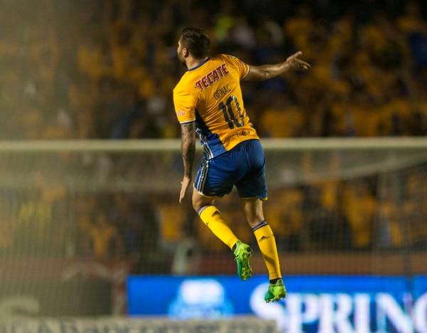 André Pierre Gignac celebra su segundo gol ante Chivas. | AFP