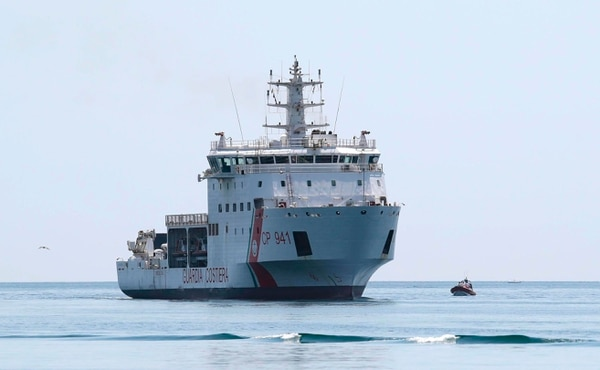 El barco Diciotti, de la Guardia Costera italiana, con 67 migrantes a bordo, a su llegada al puerto de Trapani, Sicilia, este jueves 12 de julio del 2018.