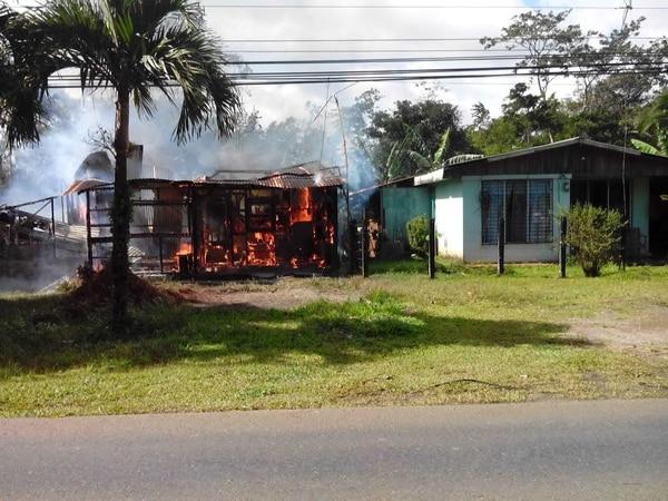 Muebles, electrodomésticos y ropa ardieron en la vivienda quemada la tarde de este miércoles en Los Chiles de Aguas Zarcas.