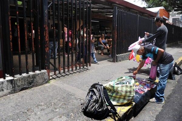 En la foto, vendedores frente al Hospital Nacional de Niños donde la Policía Municipal identificó un aumento de estas personas. Foto: Melissa Fernández.