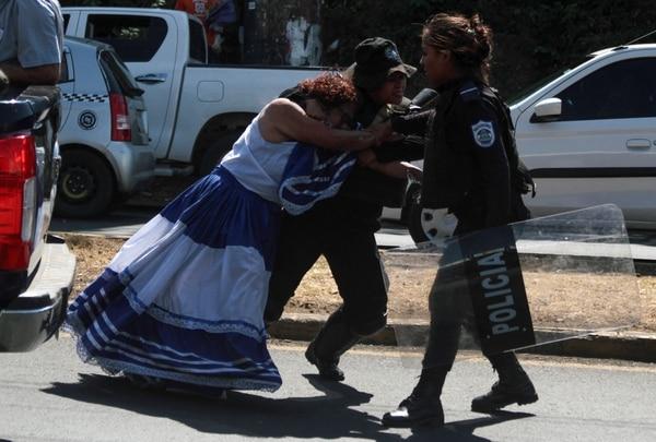 La manifestante antigubernamental Flor Ramírez se resiste a su arresto durante una protesta de 'sentada nacional', convocada por el frente unido de la oposición