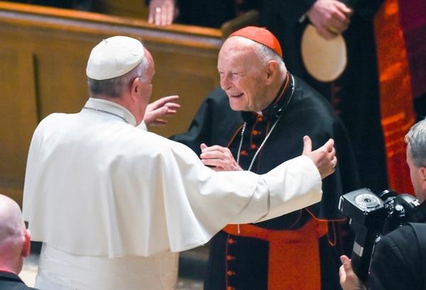 El cardenal emérito Theodore McCarrick se saludó con el papa Francisco, en setiembre del 2015, en la catedral de San Mateo Apóstol en Washington.