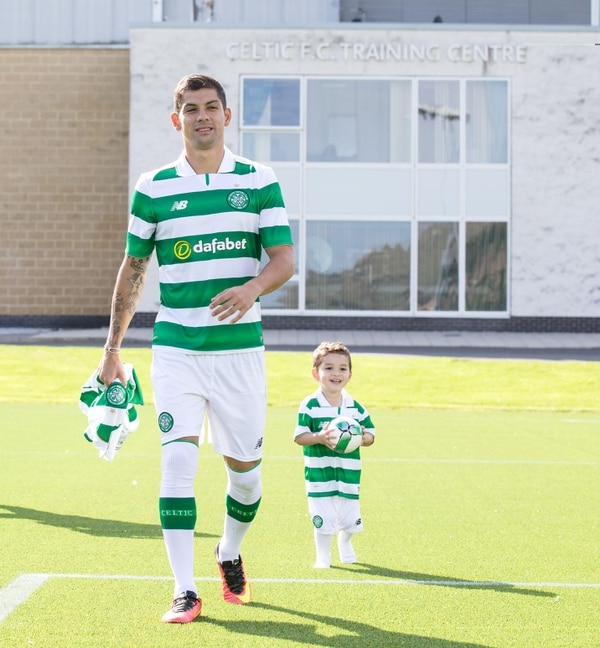 Christian Gamboa compartió junto a su hijo en la presentación con el Celtic.