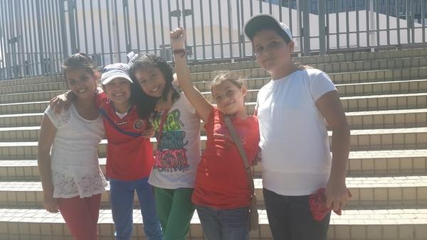 Fiorella, Tanisha, Lucía y Sofía en el Estadio Nacional. | DANIELA CERDAS.