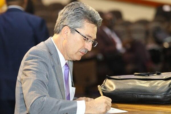 El diputado Welmer Ramos, del PAC, redacta la moción para pedirle al Gobierno que ponga en agenda del Congreso el proyecto de ley para penalizar la usura. Foto: Cortesía Asamblea Legislativa.