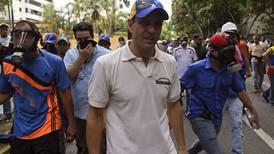 Justicia de Venezuela amenaza con prisión a opositor Henrique Capriles por bloqueos en protestas