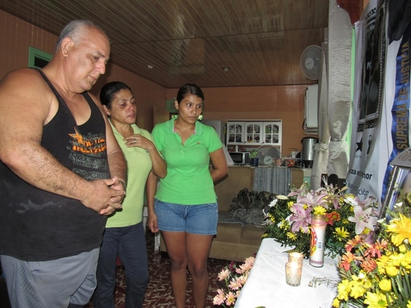 José Martín Vega Rojas, Flory Zuñiga Baltodano y Angélica Rosales (padre, madre y novia del agente fallecido), levantaron un altar en su casa en el barrio San Martín de Nicoya (Guanacaste), tras la muerte de Jesús Andrés Vega Zúñiga. | ÁLVARO DUARTE.