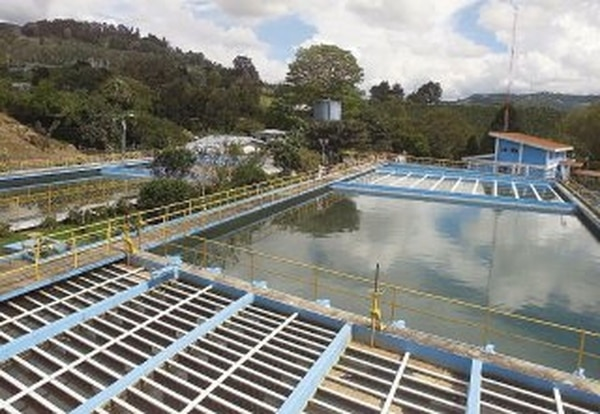 Los trabajos de limpieza en la planta de Tres Ríos terminaron a las 3 p.m.   ARCHIVO.